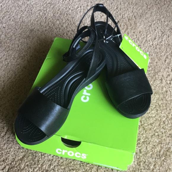 60c1afa244e6 NWT Crocs Leigh Ann leather strap sandals